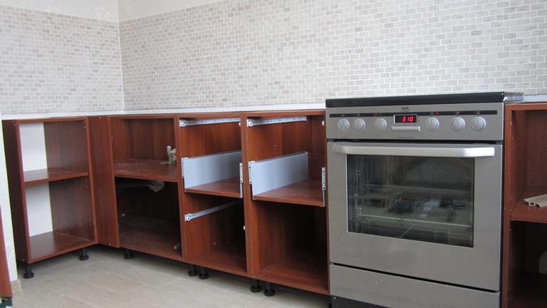Сборку кухни удобнее начинать с нижних модулей