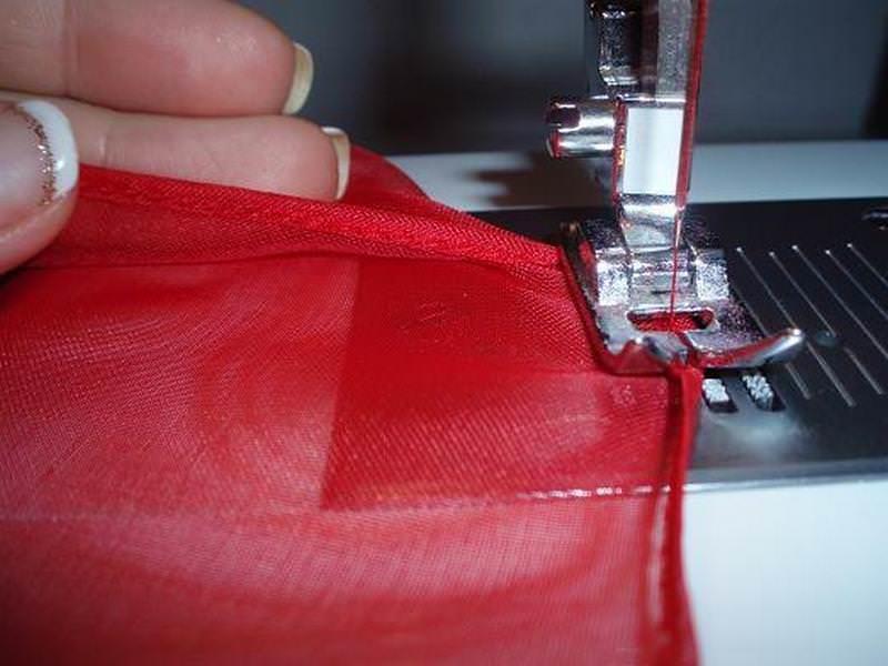 Лучший вариантдля подшива штор – потайной шов, когда иголкой захватывается одна нить основы (в современных швейных машинках есть такая опция)