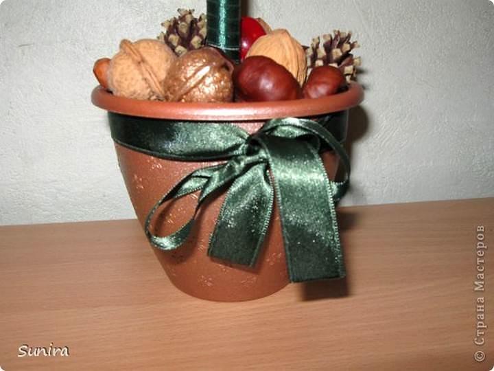 Можно купить уже готовый вазон, декорированный фабрично, по цвету и фактуре сочетающийся с вашим деревом
