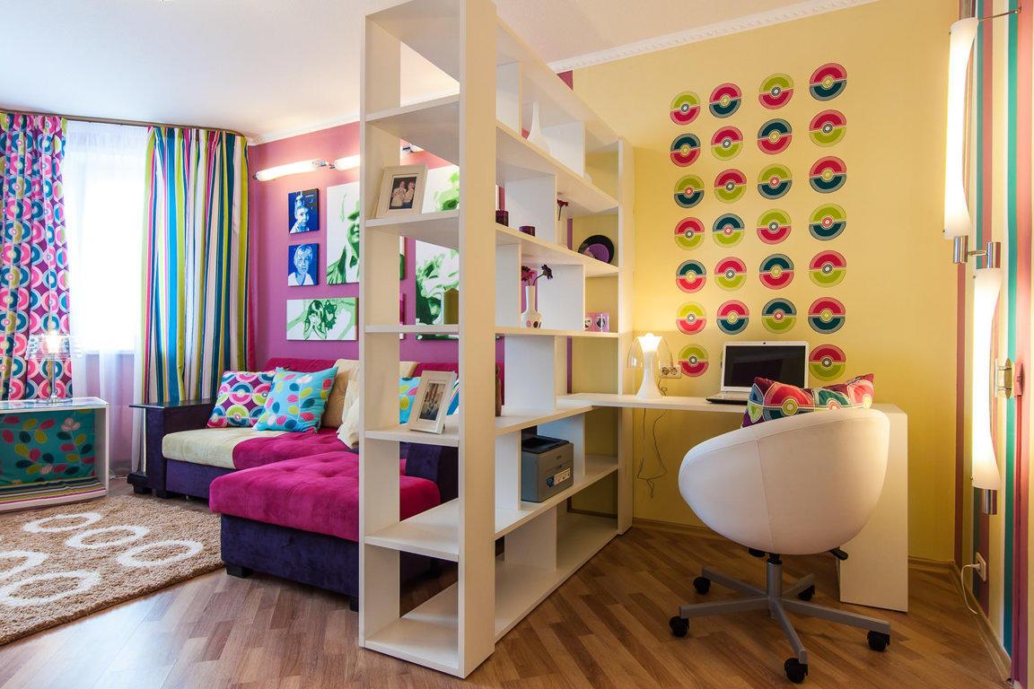 Стеллаж хорошо подходит для зонирования небольшой комнаты благодаря своим компактным размерам