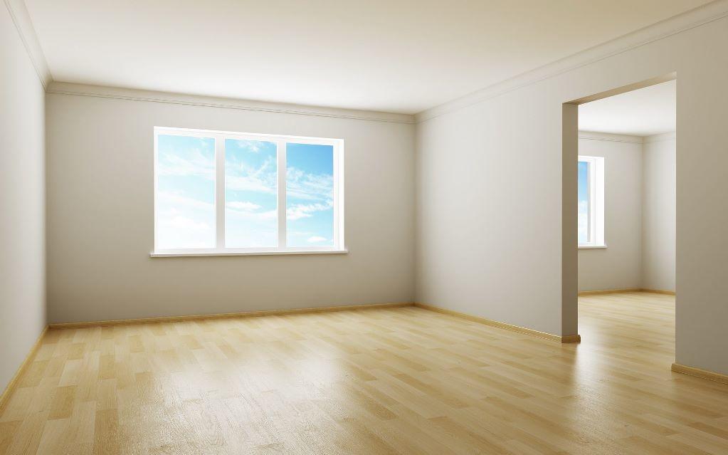 Прежде чем приступать к ремонтным работам, следует освободить комнату от всей мебели и убрать со стен и потолка старое покрытие