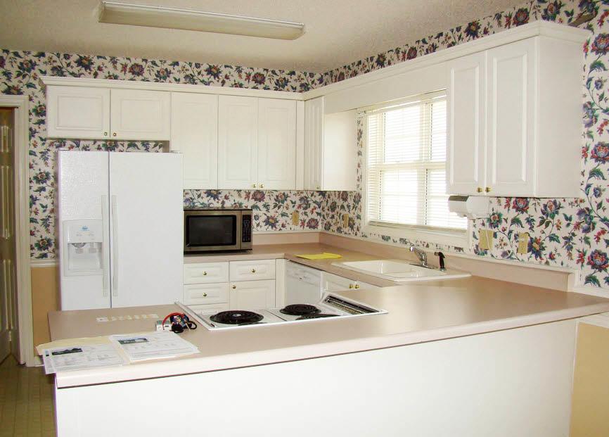 В качестве бюджетной отделки стен на кухне могут выступать обои. Перед покупкой убедитесь, чтобы они были влагостойкими