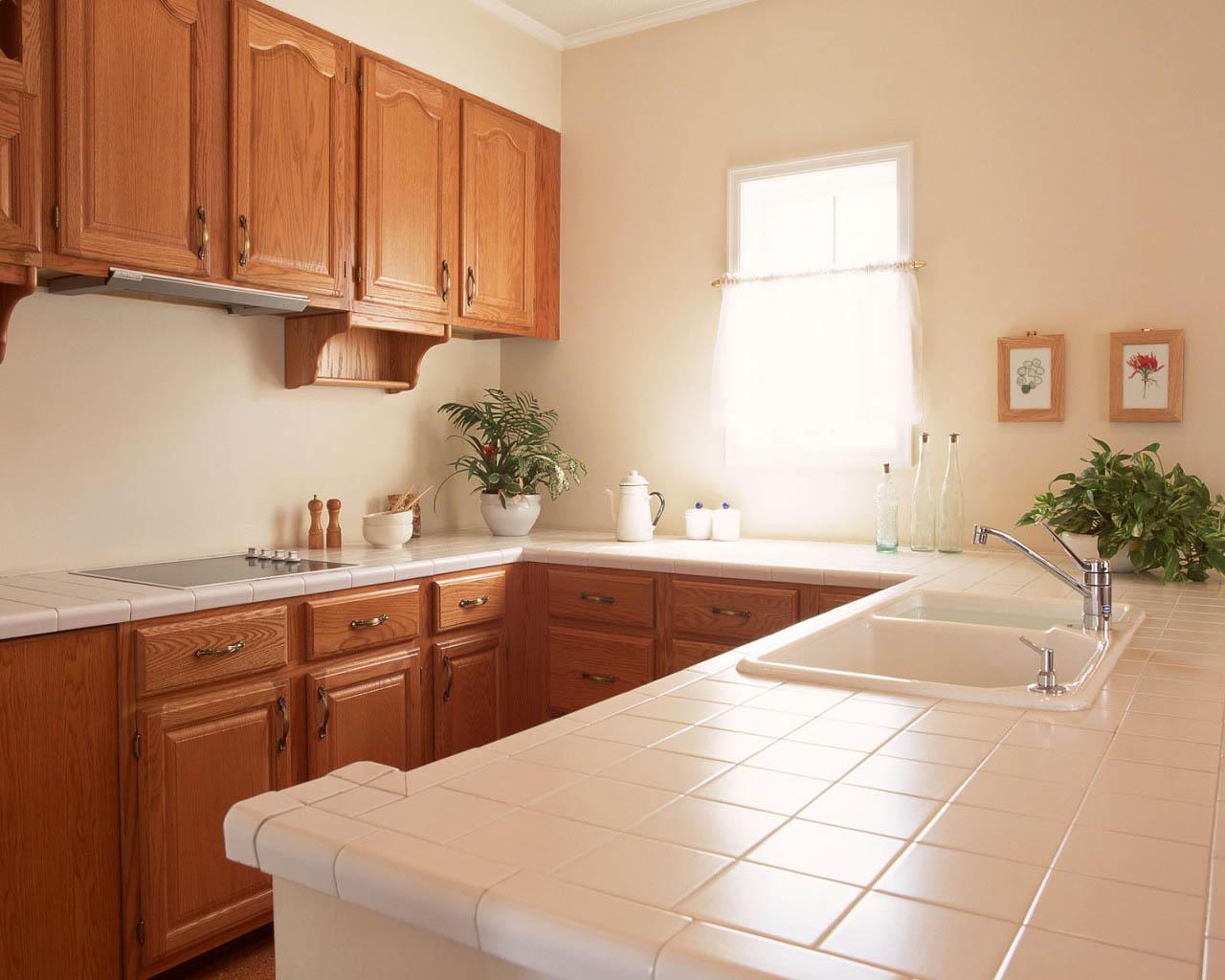Столешница из плитки может легко и быстро вытираться. Также можно ставить поверх плитки подставки для горячих блюд