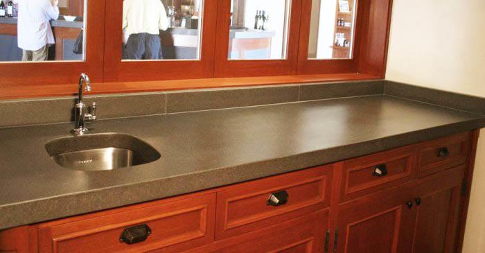 Столешница из бетона очень практична, ведь материал не поддается коррозии, не боится влаги, легко моется и обладает невероятной прочностью