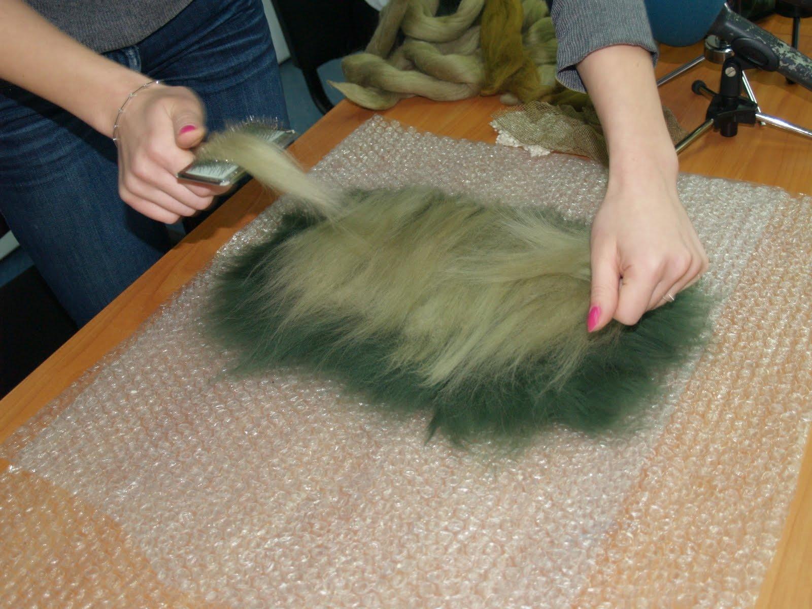 Для валяния шляпки используются тонкие шерстяные волокна 2-3 см длинной каждое