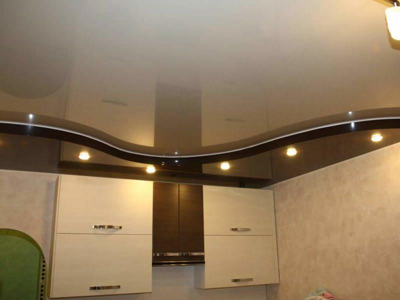 Многоуровневая конструкция с натяжным потолком на кухне смотрится очень эффектно