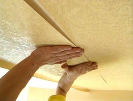 Окраска потолочных обоев является самым чистым и аккуратным способом ремонта