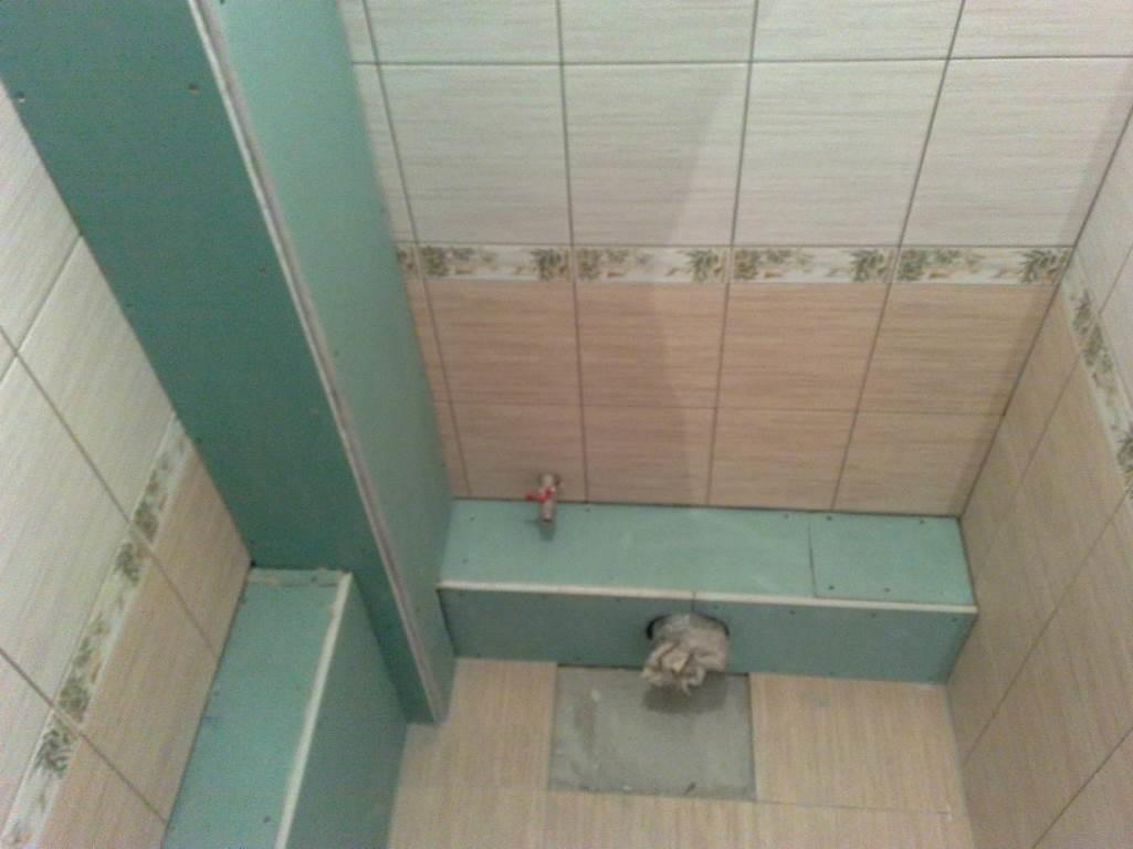 Небольшой короб из гипсокартона позволит быстро и компактно спрятать трубы в туалете