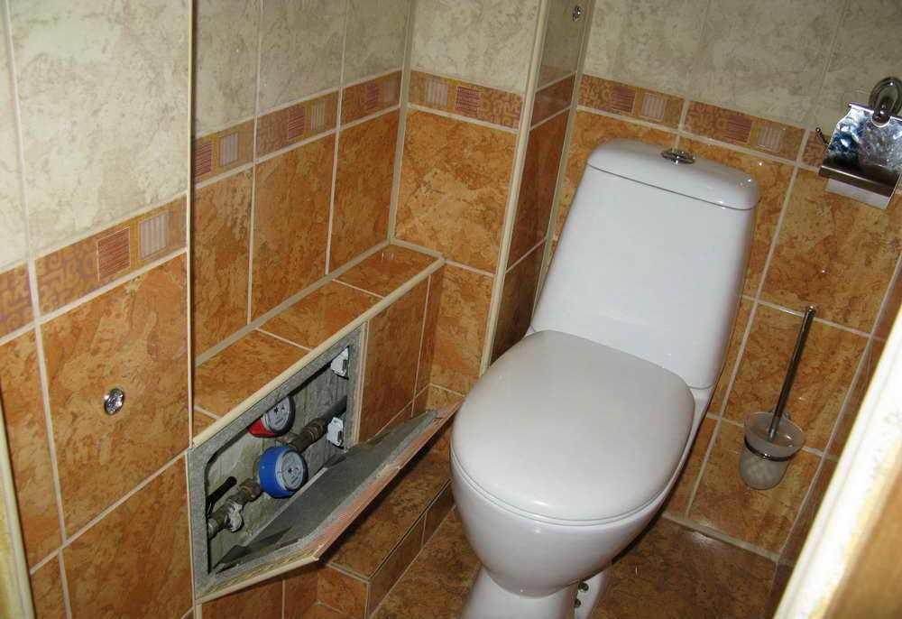 При монтаже короба из гипсокартона в туалете дополнительно можно обустроить небольшие полочки