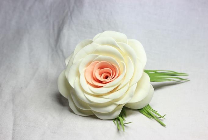 Роза из зефирного фоамирана в японском стиле делается достаточно просто, а выглядит непередаваемо красиво