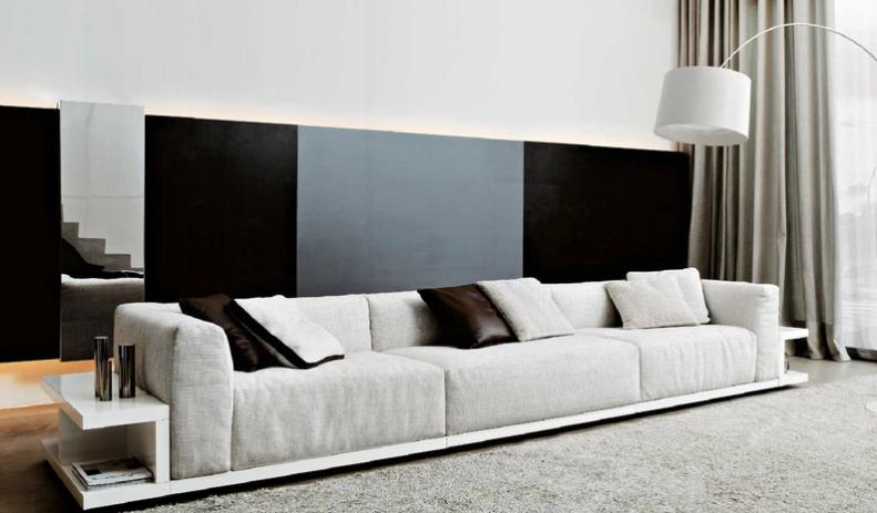 С помощью длинного дивана для гостиной можно зонировать помещение