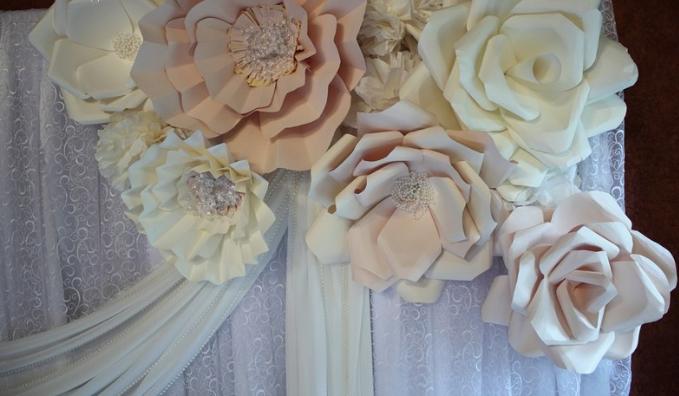 Большие цветы из бумаги очень просто сделать своими руками, главное, чтобы были все необходимые для этого материалы