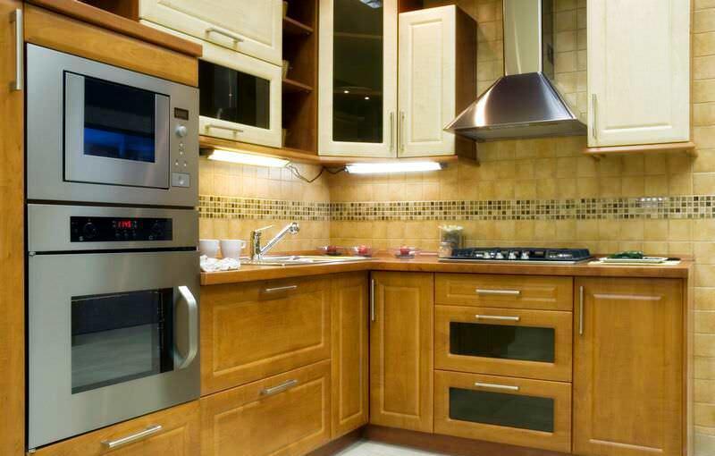 Скрытая за мебельным фасадом газовая колонка и встраиваемая техника – оптимальное решение для маленьких кухонь