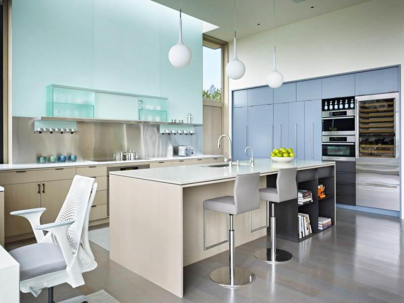 Обилие места в кухне-гостиной позволяет использовать весьма массивную мебель