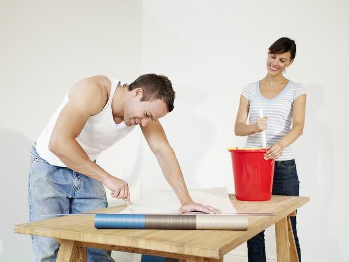 Во время нарезки обоев следует добавить несколько сантиметров к высоте стены для запаса