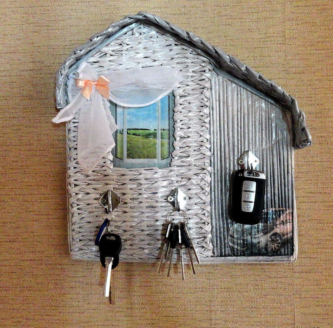 Прекрасно в интерьер прихожей в стиле прованс впишется милая ключница в виде домика с окошком
