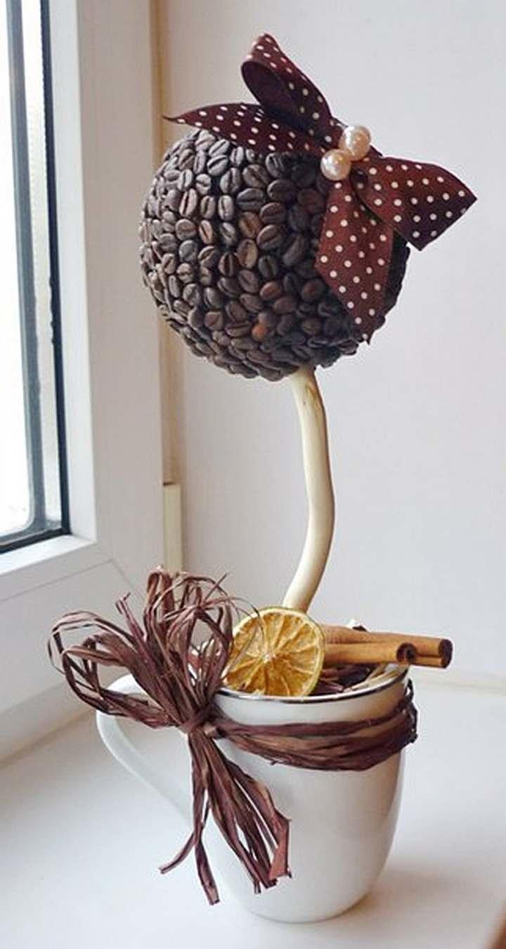 Для украшения кофейного деревца можно использовать ленты, цветы, бусины и даже денежные купюры