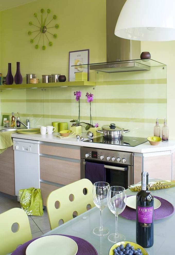 Отличной дизайнерской задумкой являются незатейливые вкрапления фиолетового цвета в зеленый интерьер