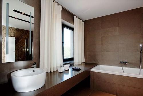 В ванной коричневый цвет будет уместен, если она имеет большую площадь