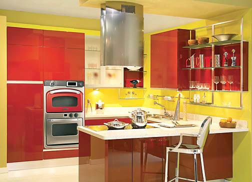 Красный глянцевый гарнитур сделает кухню более яркой, ну а матовый придаст дизайну изюминку