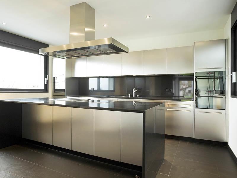 Смысл минимализма на кухне кроется в самом названии - ничего лишнего. Этот стиль подразумевает полное отсутствие декоративных элементом, простые геометрические формы. Выбор цвета не ограничен, поэтому пространства для полета фантазии вполне достаточно