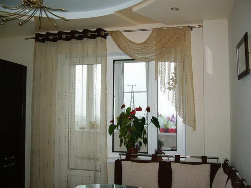 Тюль ассиметричной формы на кухне с балконной дверью выглядит очень привлекательно