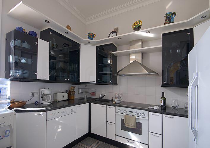 Прозрачные фасады кухонных шкафчиков выгодно смотрятся на небольшой площади