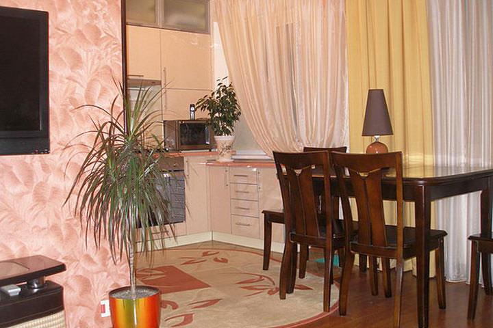 Кухня, совмещенная с гостиной, — популярный дизайнерский прием, который широко используется при дизайне «хрущевок»