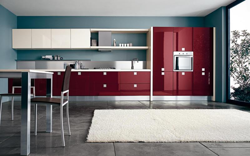 Красный с белым или черным - далеко не единственные удачные сочетание - бордовый с темно-синим также будут выглядеть на кухне оригинально и стильно