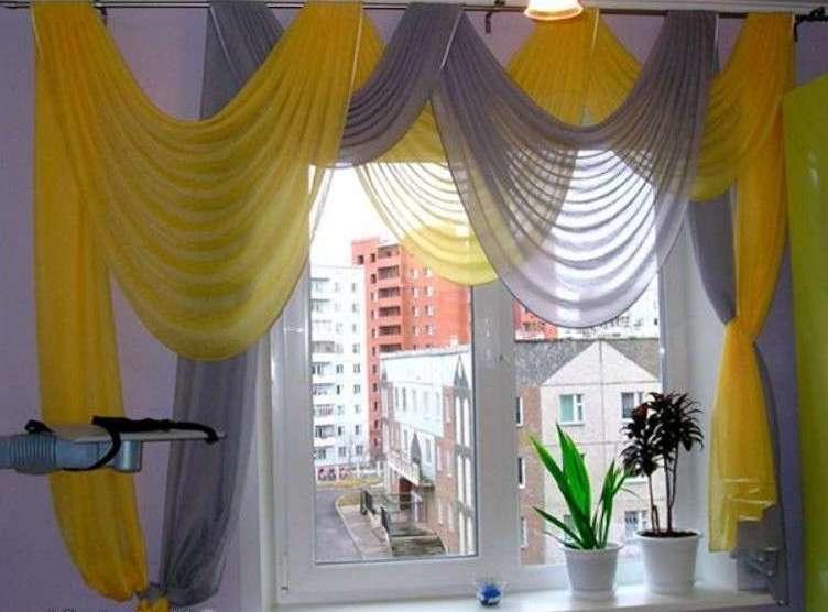Яркая комбинация из ламбрекенов оригинально украсит любое окно