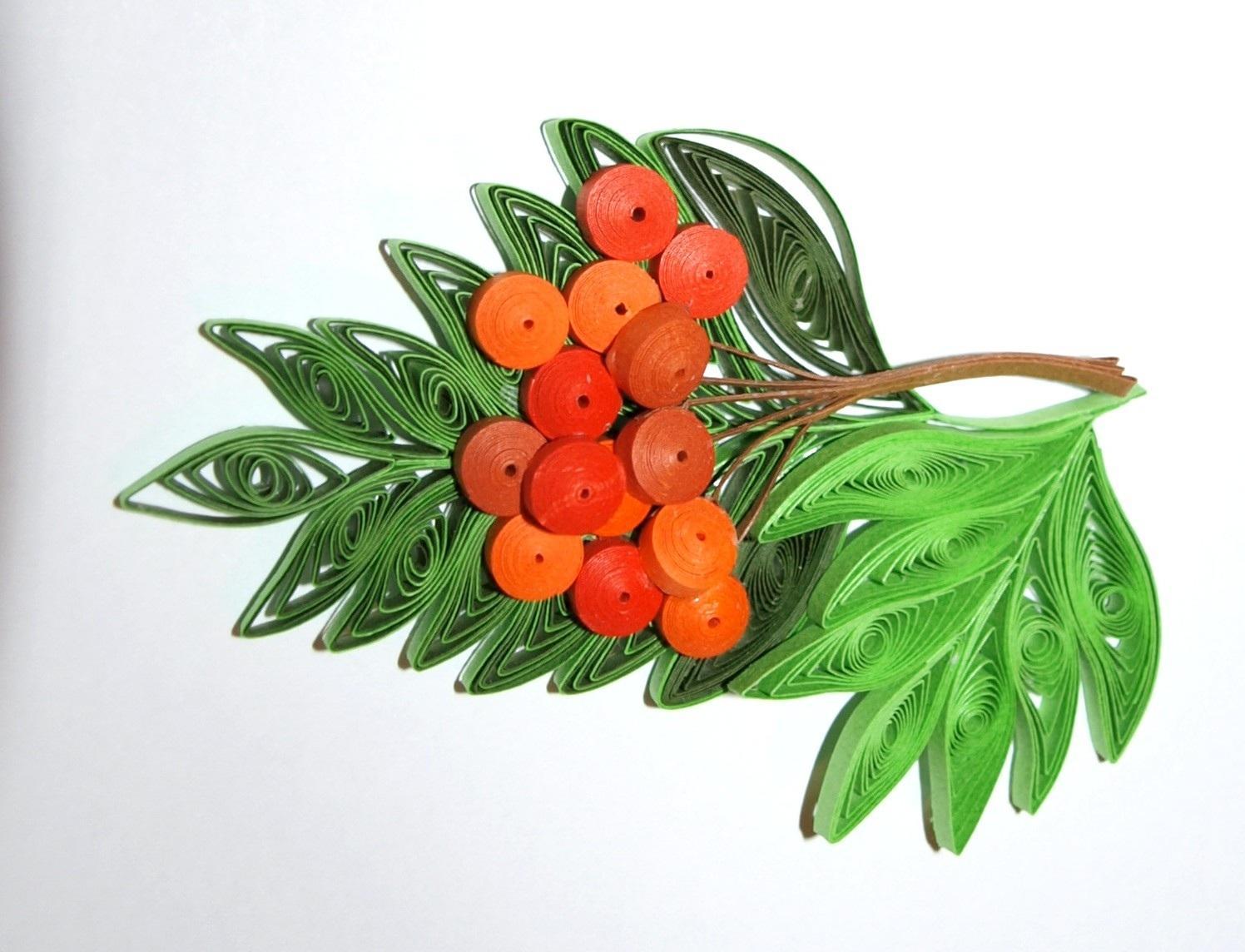 В данной поделке всё достаточно просто – ягоды делаем, туго закручивая роллы, а листья немного распускаем, прижимая у концов