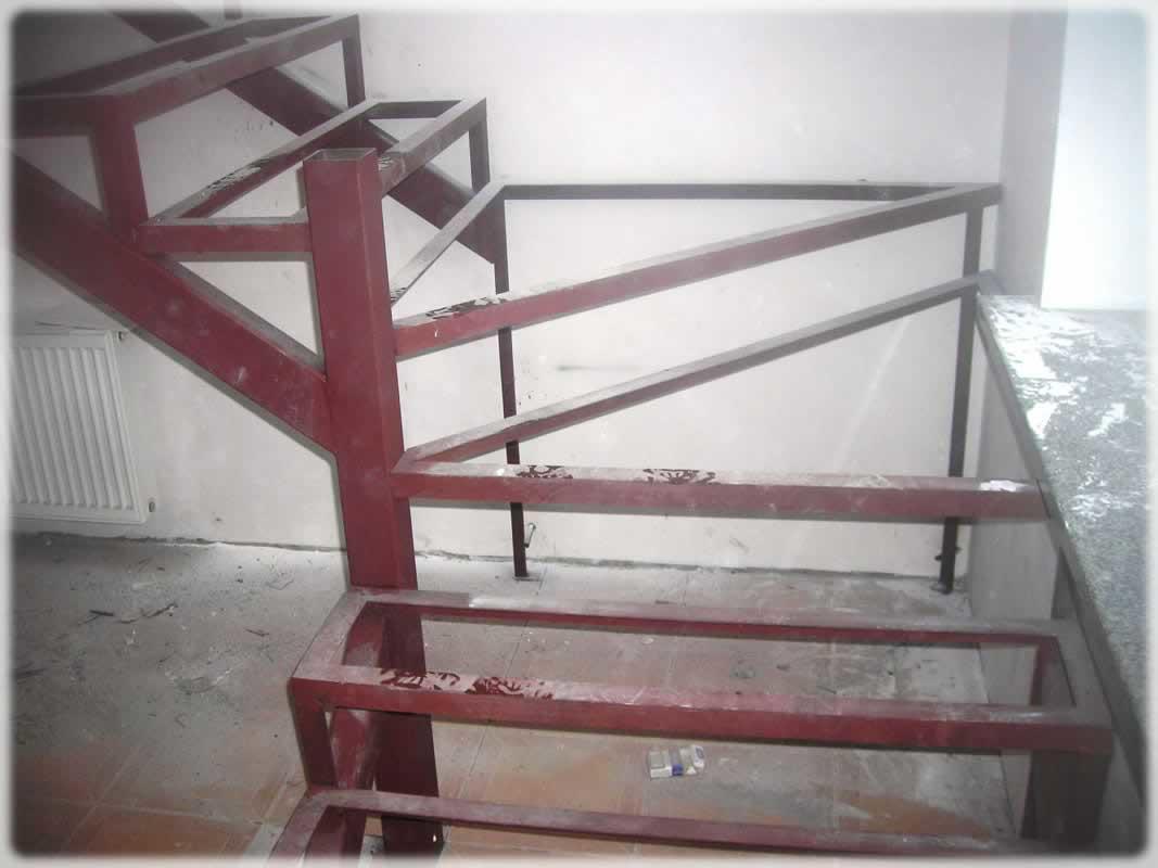 Перед началом монтажа лестницы необходимо укрепить металлокаркас