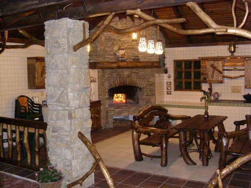 Печь или камин – это не только оригинальный элемент интерьера летней кухни, но и важная функциональная его составляющая