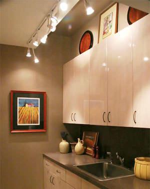 Освещение чистым белым светом сделает кухню шире, а теплые оттенки способны добавить немного уюта