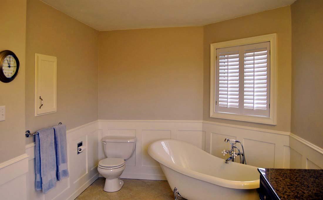 Как правило, ванная - самая маленькая комната во всем доме. Визуально увеличить комнату можно с помощью обоев светлых цветов