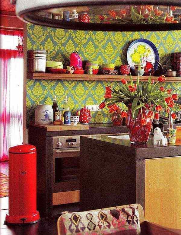 Декоративные элементы на стенах и потолке способны кардинально изменить облик кухни
