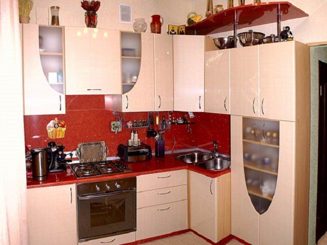 Стандартным вариантом расположения мебели в маленькой кухне является метод буквы «Г»
