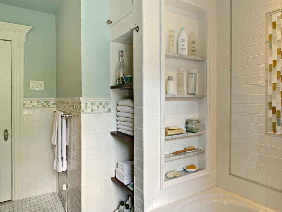 В углубленной нише в ванной комнате можно расположить полотенца