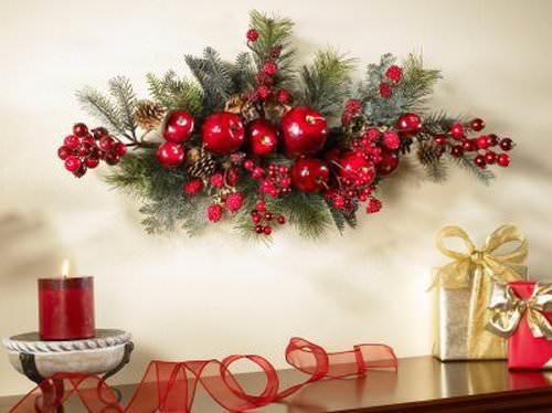 Новогоднее объемное панно намного лучше дополнит икебану, чем банальный плакат