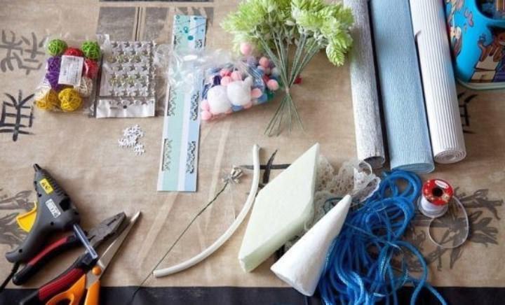 Для новогодней елочки понадобится кабель или проволока, заготовка в виде конуса, горшочек или другой сосуд, горячий клей, гипс и материалы для декорирования