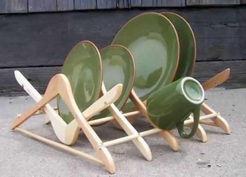 Оригинальную сушилку для посуды можно сделать из деревянных вешалок