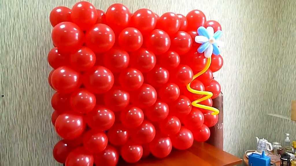 Панно из шаров не подойдет для интерьера на каждый день: оно подходит для праздников и важных событий