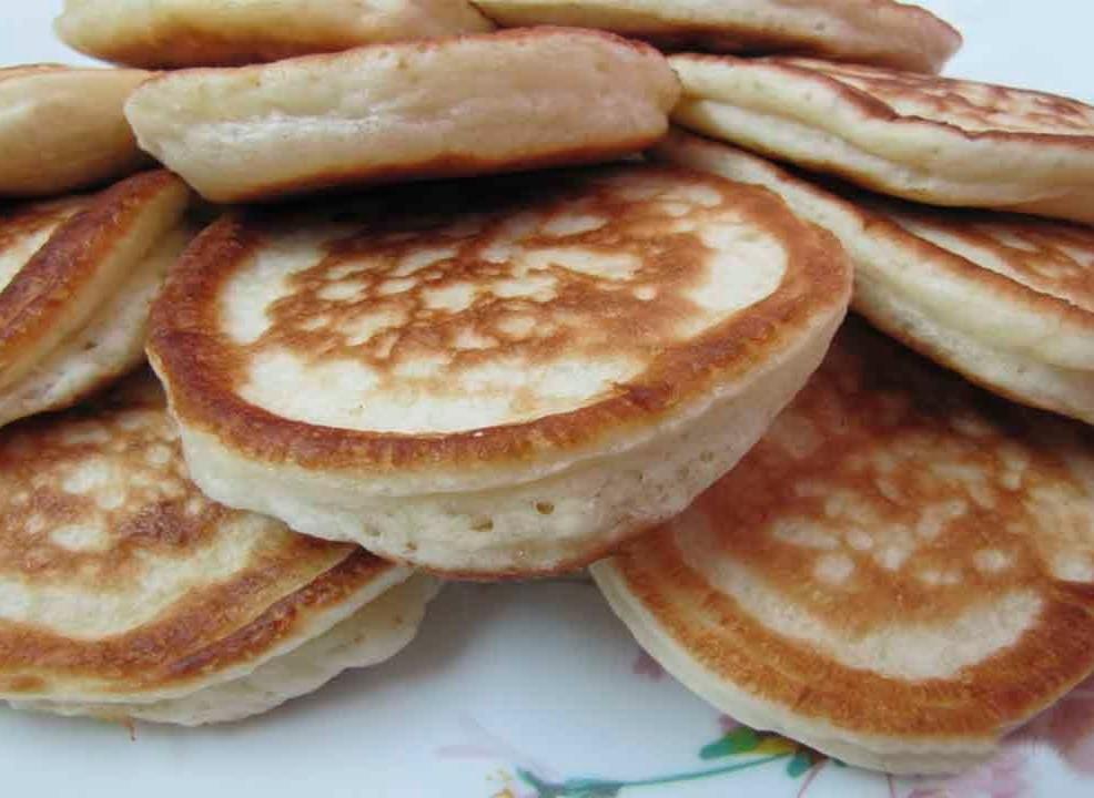 В тесто на кефире и дрожжах дополнительно можно добавить сухофрукты, изюм или же орехи