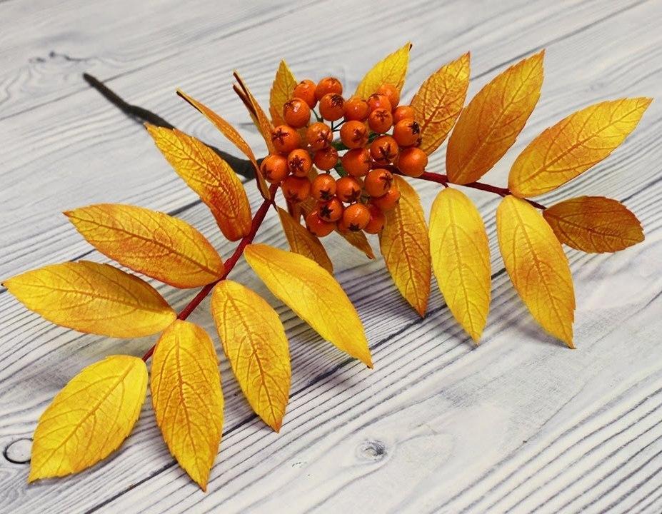 Используя фоамиран и молд, можно изготовить красивую веточку рябины для украшения интерьера