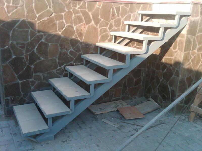 Для того чтобы произвести монтаж лестницы в подвал, следует подготовить материалы и инструменты для работы