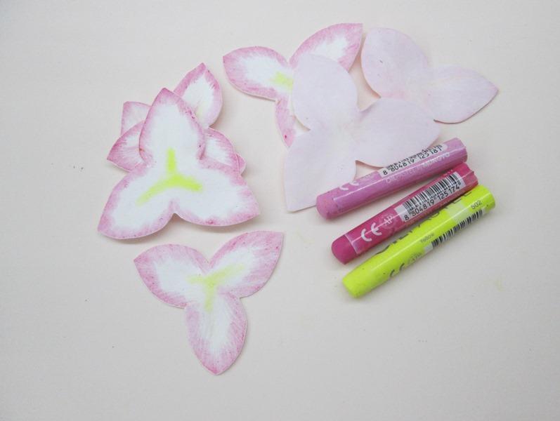 Шаблоны для лилии можно сделать из любой бумаги