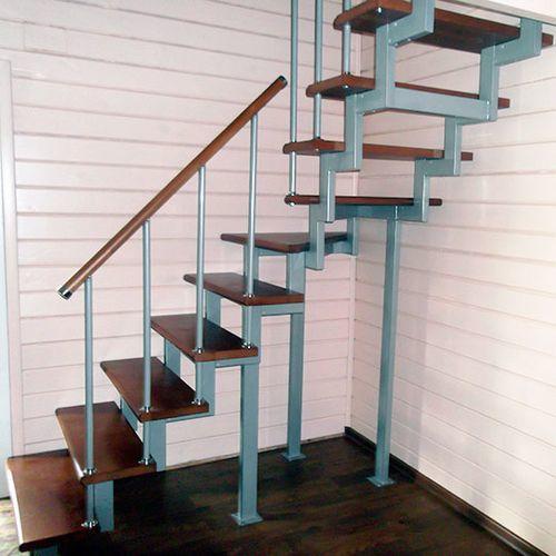 Самым простым видом облагораживания металлической лестницы является крепление деревянных ступеней на каркас при помощи саморезов