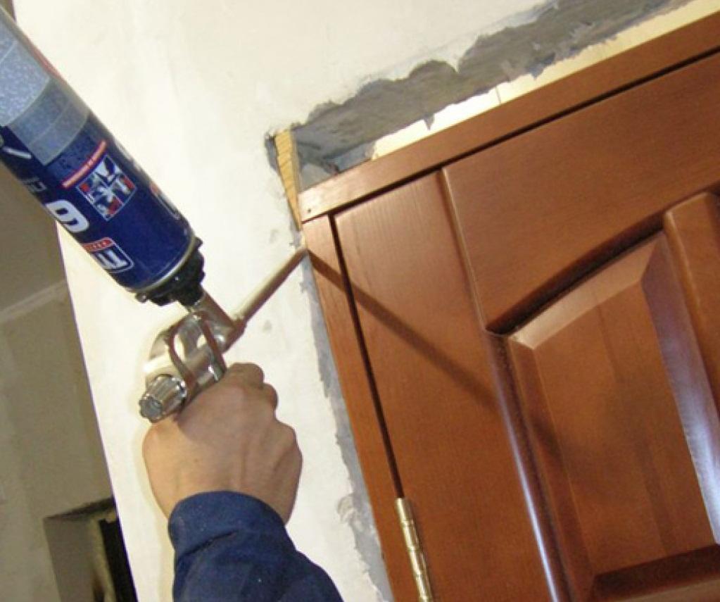 Заделав щели возле рамки межкомнатных дверей монтажной пеной, вы улучшите их шумоизоляционные свойства