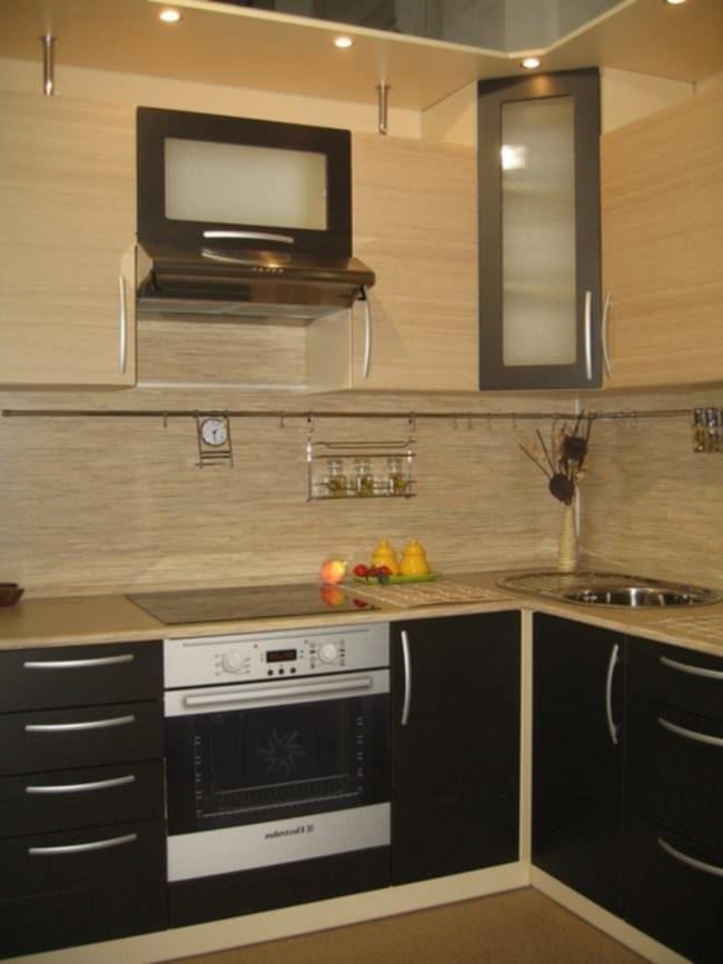 Светлая древесина - отличный вариант для маленькой кухни