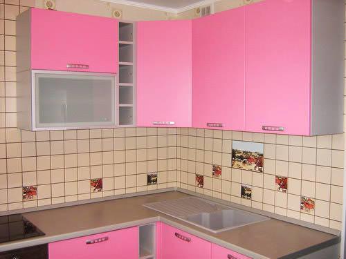 Покрасить фасады несложно, а в результате получится полностью обновленный вид кухни